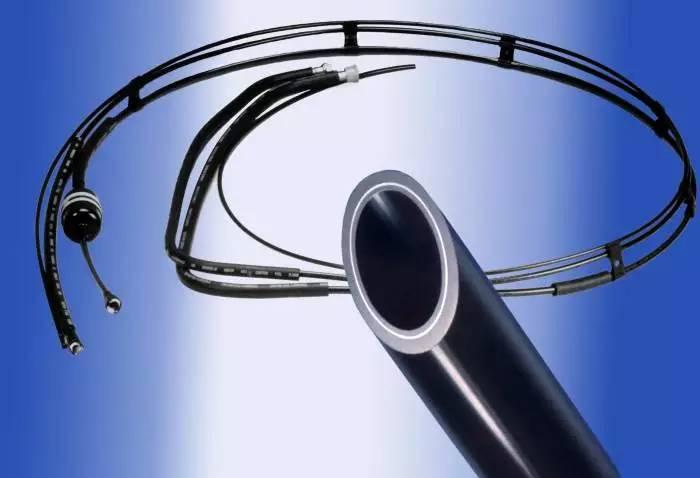 众所周知,冷却水塔是水冷式冷水机必须配套的一款辅助设备。它是将携带热量的冷却水在塔中与空气进行热交换,将热量传输给空气并散入大气环境中去的装置,在水冷式冷水机的冷却水系统中起节约用水和降低能耗的作用。 冷却水塔有湿式冷却塔(简称湿塔)和干式冷却塔(简称干塔)之分。在湿塔中,空气与水直接接触,通过接触和蒸发散热,把水中的热量传输给空气。该冷却水塔的热交换效率高,水被冷却的极限温度为空气的湿球温度,但需要有补给水的水源,以补充充裕蒸发和吹风造成的水损失,并保证稳定的水质,确保冷却水量能够满足水冷式冷水机的需要