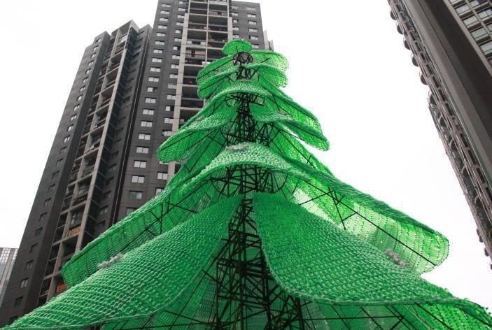 制作这棵环保圣诞树,耗时近两个月,使用了将近10000个左右的塑料瓶.
